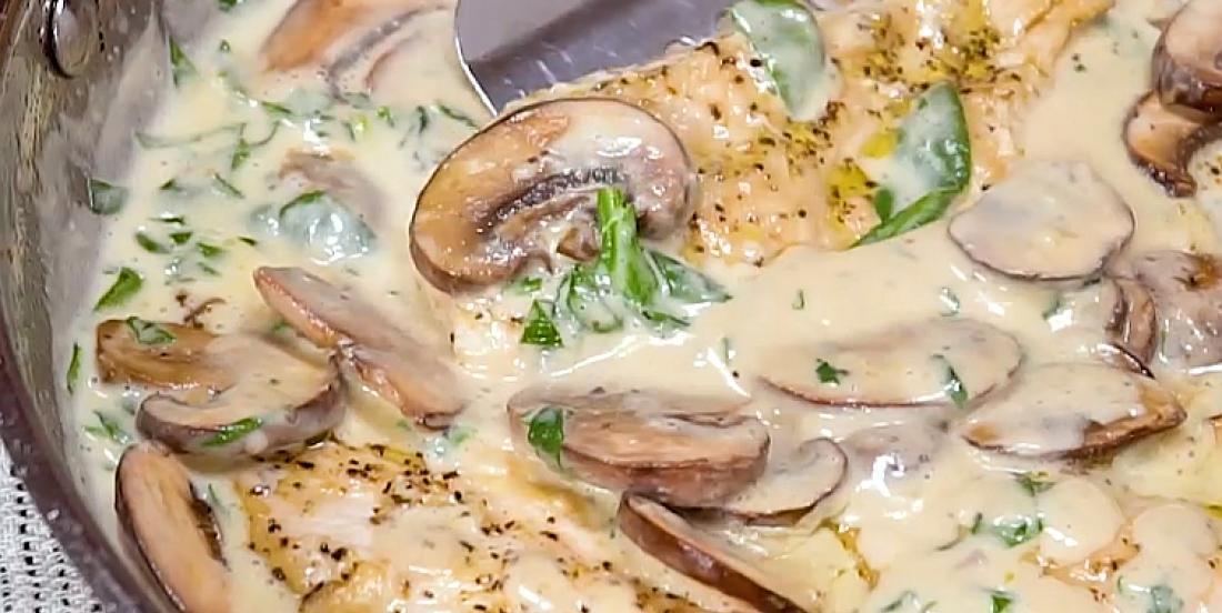 Poulet aux champignons dans une sauce crémeuse à l'ail et au parmesan