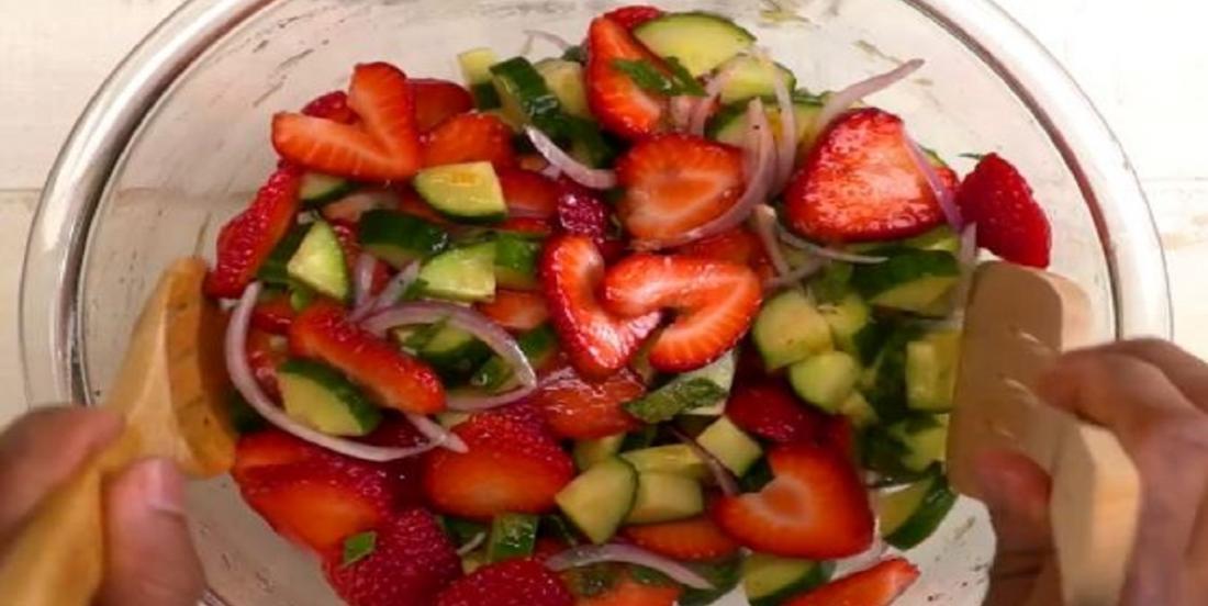 Salade aux concombres, aux fraises et à la menthe