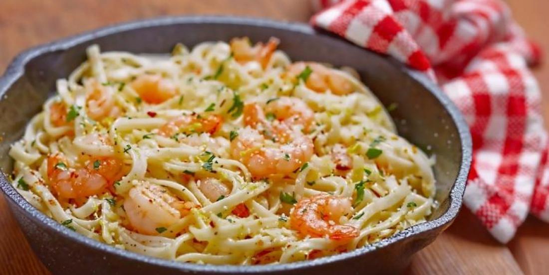 Spaghetti aux crevettes et au beurre à l'ail maison