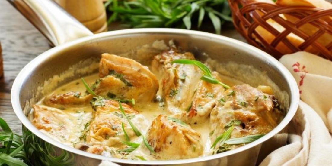 Poitrines de poulet poêlées sauce crémeuse au miel, à l'ail et à la moutarde de Dijon