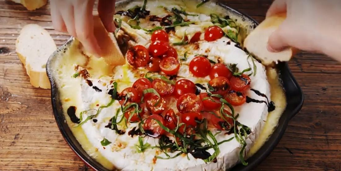 Brie caprese fondant parfait pour le feu de camp ou le barbecue