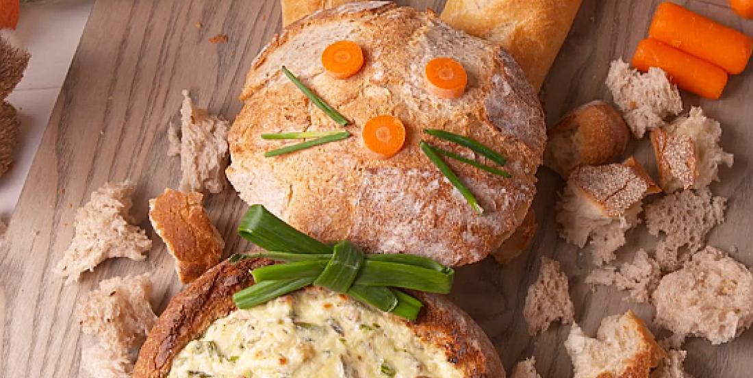 Trempette fromage-bacon-asperges dans un bol en pain en forme de lapin