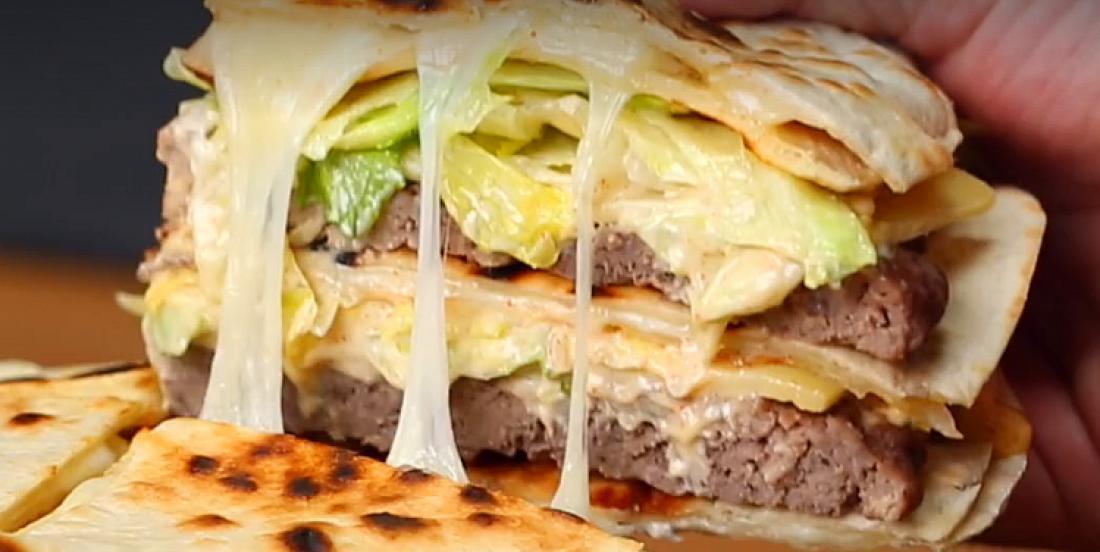 Remplacez le pain par des tortillas dans ce Big Mac géant débordant de saveurs