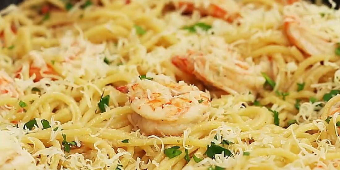 Pâtes aux crevettes et à l'ail prêtes en 30 minutes