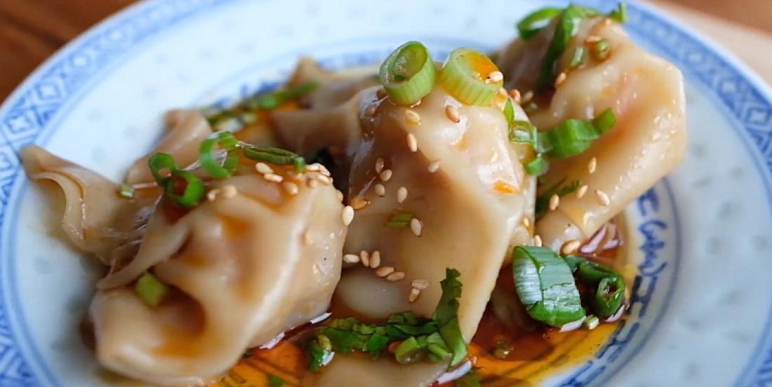Dumplings au porc et aux crevettes accompagnés de sauce épicée