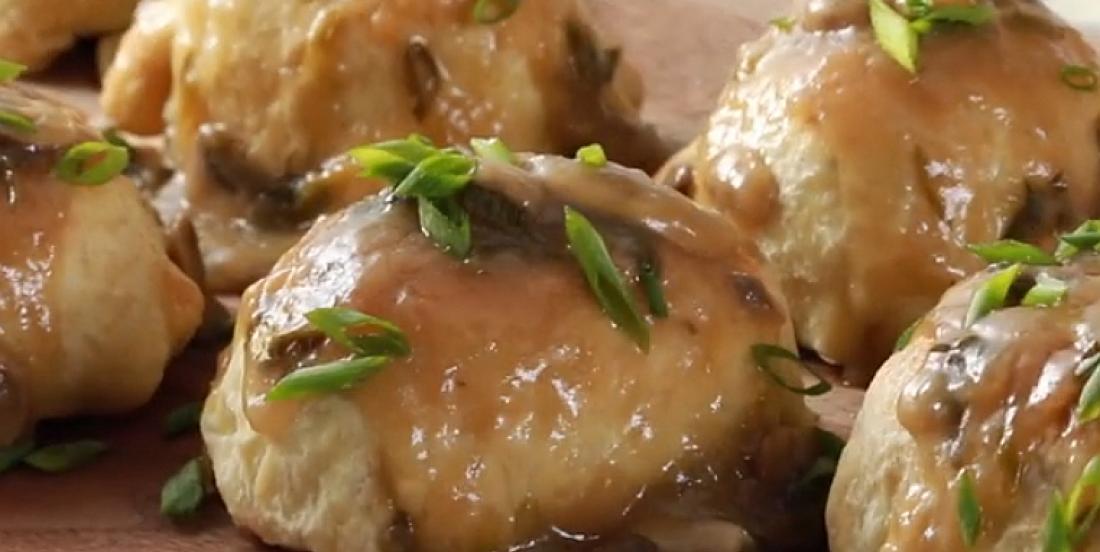 Tendres bouchées de boeuf Wellington nappées de sauce aux champignons