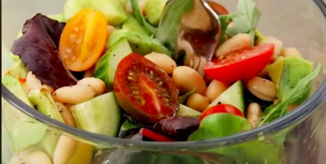 Salade de haricots blancs débordante de légumes
