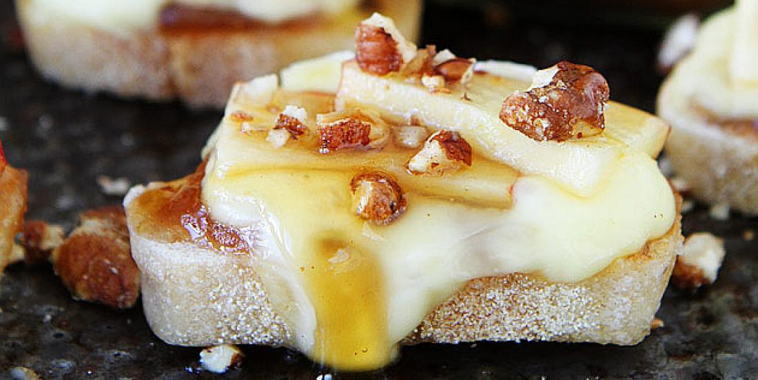 Crostinis de pomme, brie fondant et miel