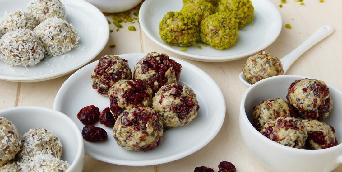 10 recettes de boules d'énergie parfaites pour les boîtes à lunch et les collations