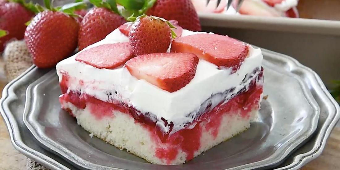 Délicieux gâteau avec coulis aux fraises et chocolat blanc
