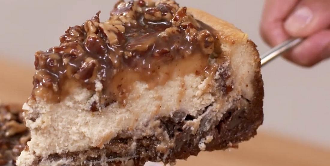 Dessert 2-en-1: une tarte aux pacanes dans un gâteau au fromage