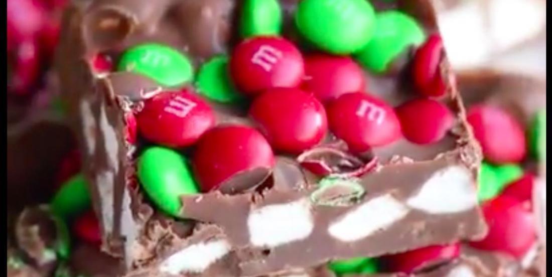 Dessert festif: barres à la guimauve et aux M&M!