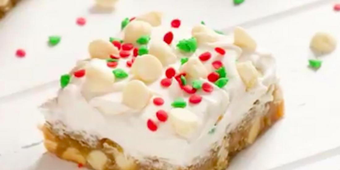 Des blondies de Noël au chocolat blanc avec glaçage au fromage à la crème