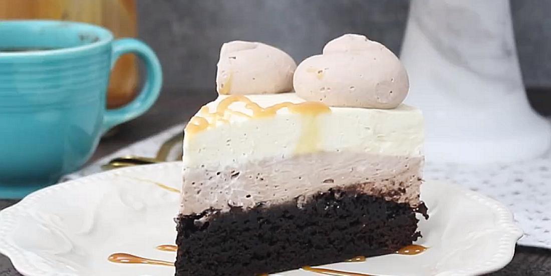 Gâteau étagé brownies, crème fouettée au caramel et mousse au chocolat chaud