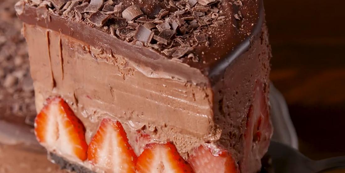 Gâteau mousse au chocolat farci de fraises