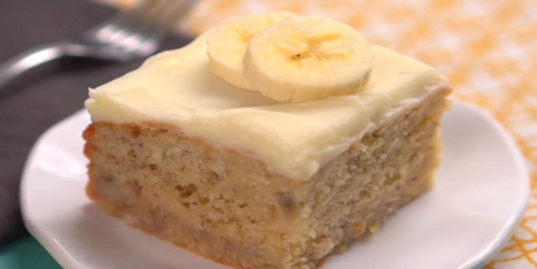 Laissez vous charmer par son glaçage au fromage à la crème et sa texture si moelleuse, un gâteau aux bananes complètement fou!