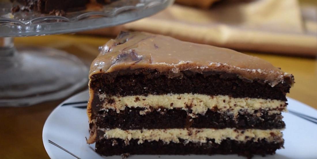 Le plus décadents des gâteaux au chocolat, à l'orange et au caramel salé