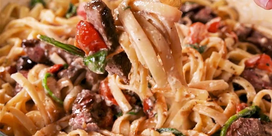 Fettuccini au bifteck dans une sauce crémeuse