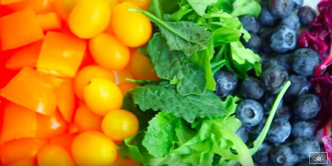 Une salade arc-en-ciel bonne pour la santé et bonne au goût