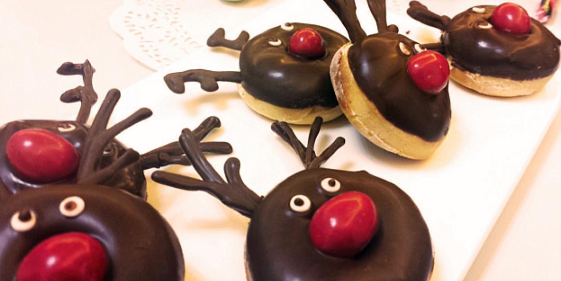 Adorables mini beignets en forme de petit renne au nez rouge