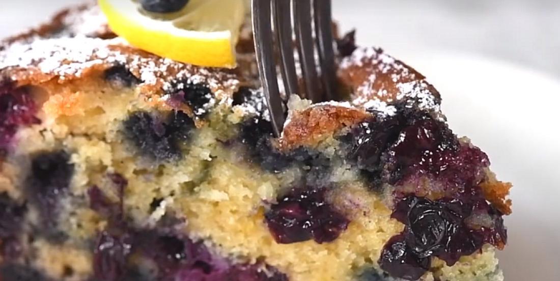Gâteau moelleux au yogourt, bleuets et citron