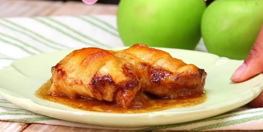 Elle cuisine un dessert aux pommes, mais c'est l'ingrédient qu'elle ajoute à la toute fin qui fait la différence
