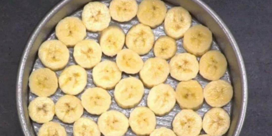 Elle dépose des tranches de bananes dans une assiette et elle crée un dessert qui vous donnera l'eau à la bouche