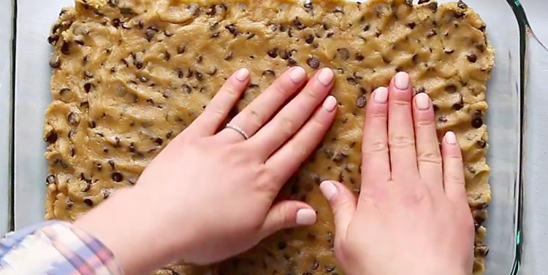 En étalant de la pâte à biscuit dans un plat à cuisson, j'ai obtenu un dessert époustouflant!