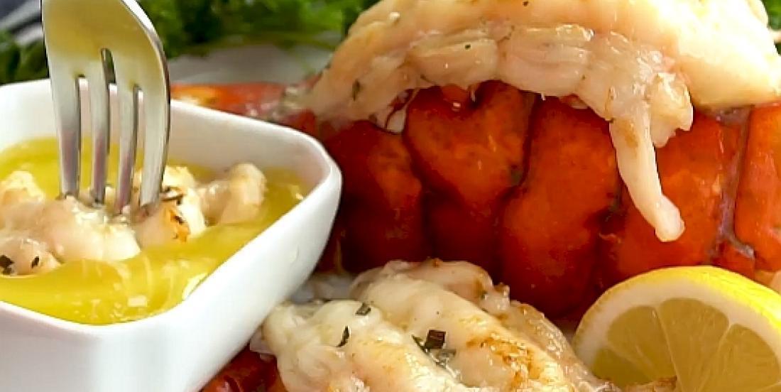 Queues de homard grillées au beurre à l'ail prêtes en moins de 15 minutes