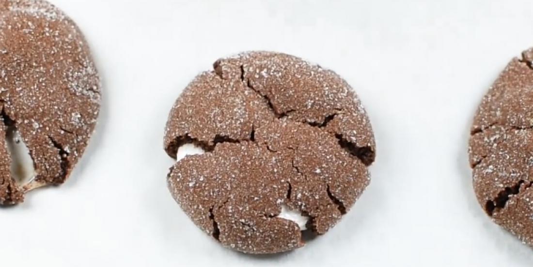Biscuits moelleux au chocolat avec centre à la guimauve