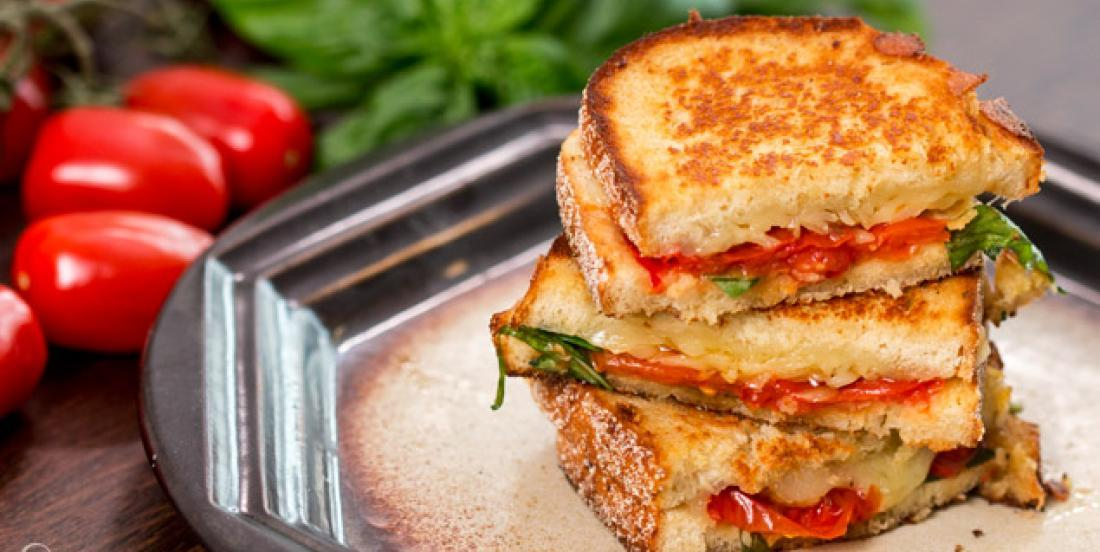 Réinventez le grilled cheese avec des tomates cerises grillées au four