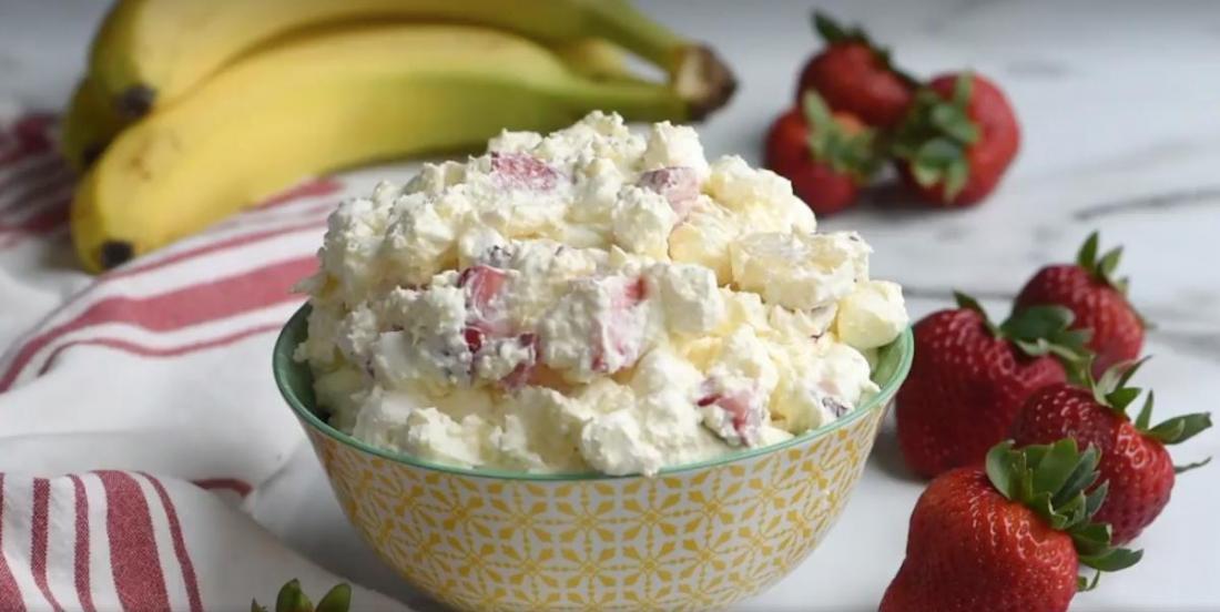 Une salade onctueuse aux bananes et aux fraises