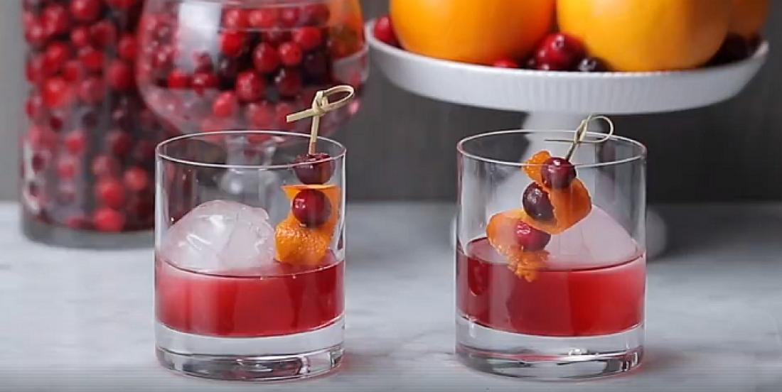 Revampez vos cocktails des fêtes avec ce Manhattan aux canneberges