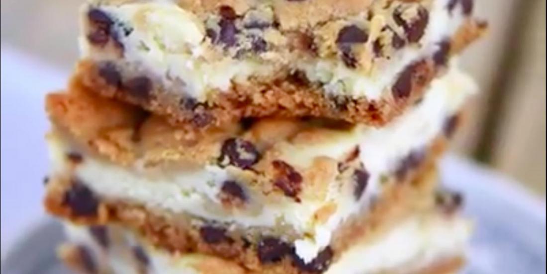 Complètement décadent: des barres biscuits aux pépites de chocolat et gâteau au fromage!