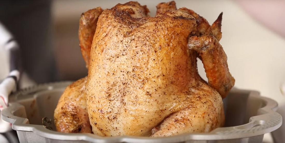 Ne soyez pas surpris si vous voyez quelqu'un mettre son poulet sur son moule à gâteau!