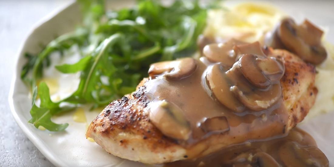 Poitrines de poulet dans une sauce aux champignons, un repas pas compliqué et toujours apprécié!