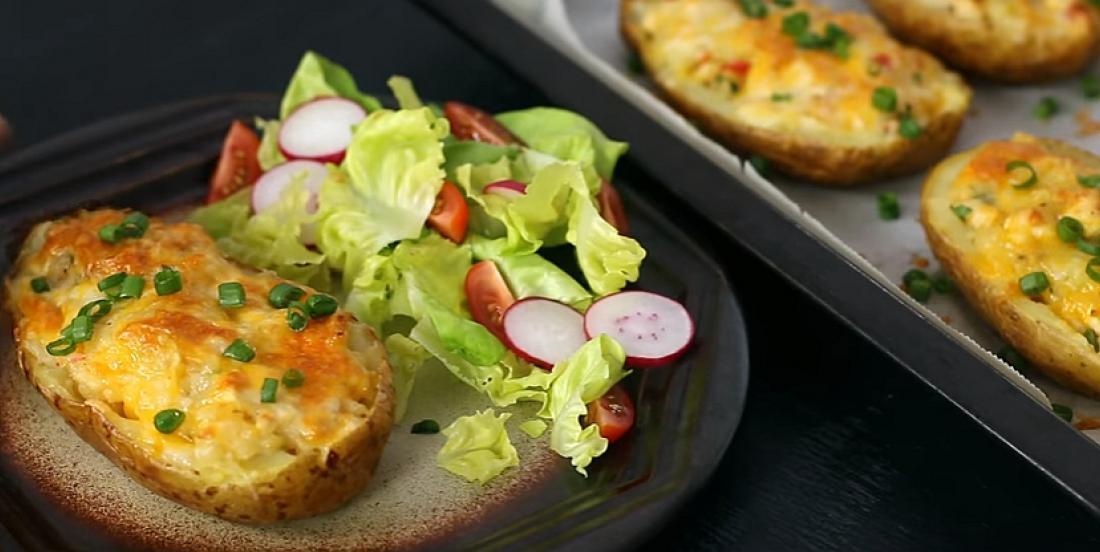 Pommes de terre gratinées au four et farcies au poulet