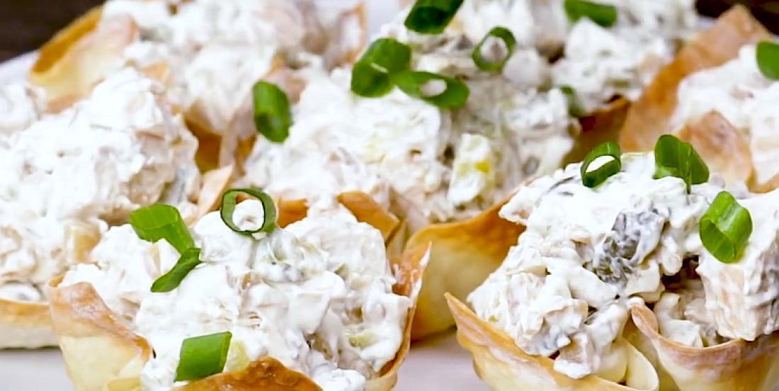 Salade au poulet rapide dans des bols en wonton croustillant
