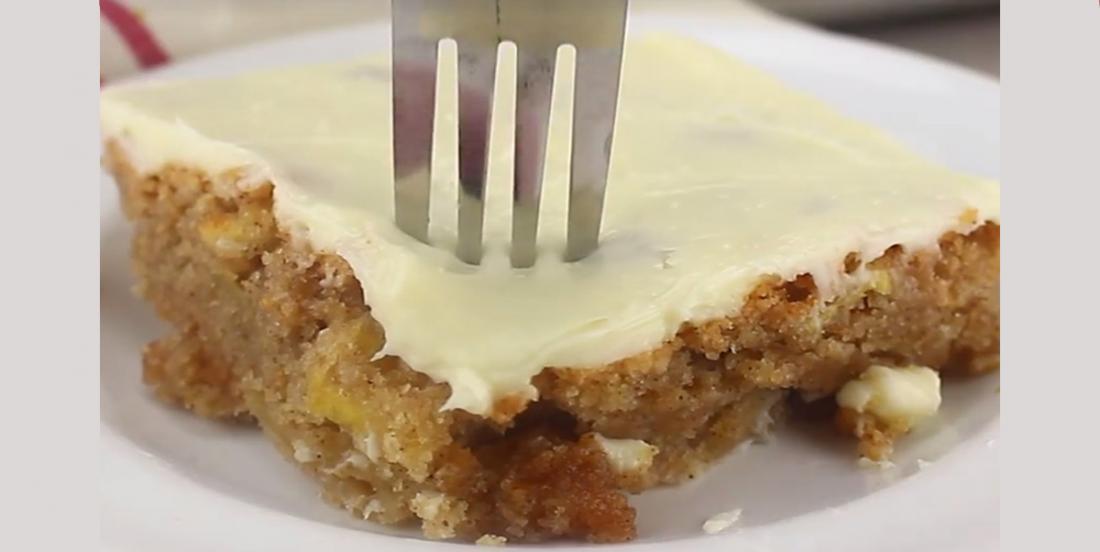 Gâteau aux pommes accompagné de glaçage au fromage à la crème