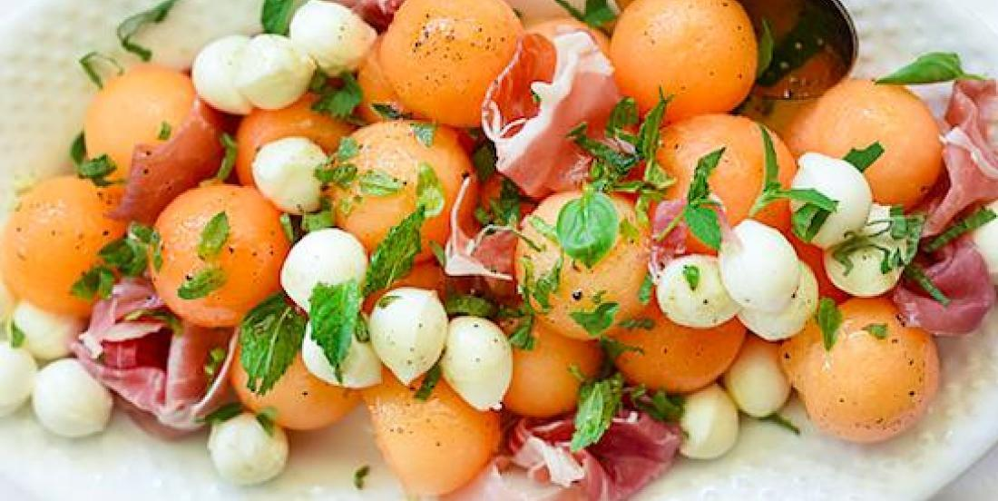 Salade caprese au cantaloup et mozzarella