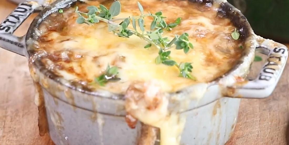 Soupe à l'oignon et aux gnocchis, un délice apprécié par temps froid