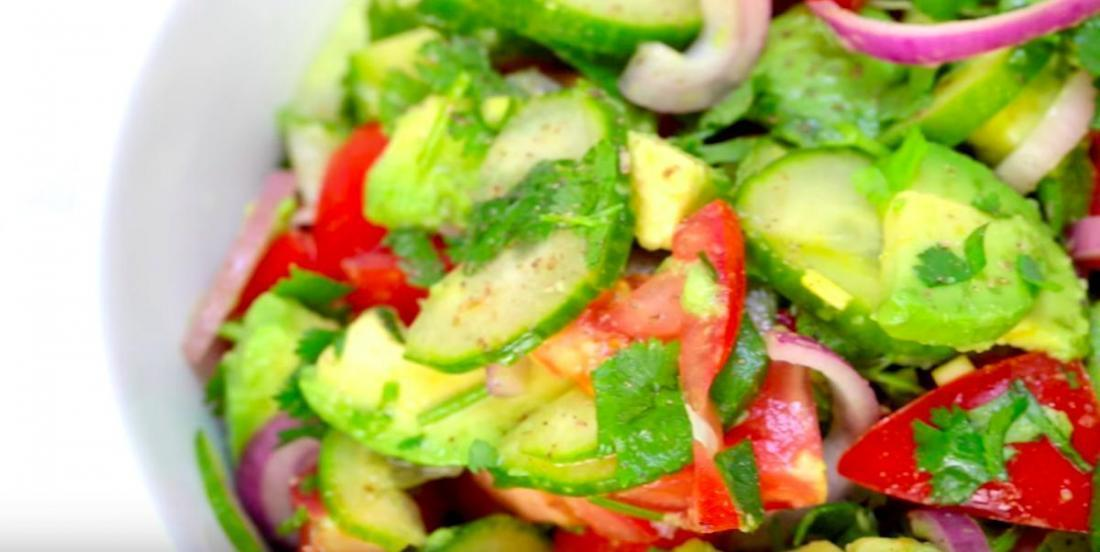 Salade de concombres, tomates et avocats
