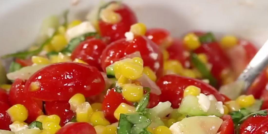Salade d'été au maïs et aux légumes frais