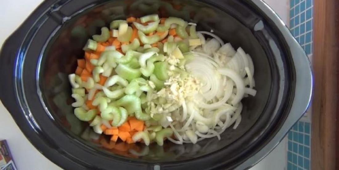Elle place des légumes dans sa mijoteuse afin de créer un plat réconfortant à souhait
