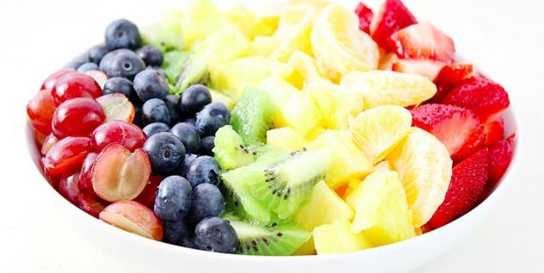 Salade de fruits arc-en-ciel accompagnée d'une sauce au miel et aux agrumes