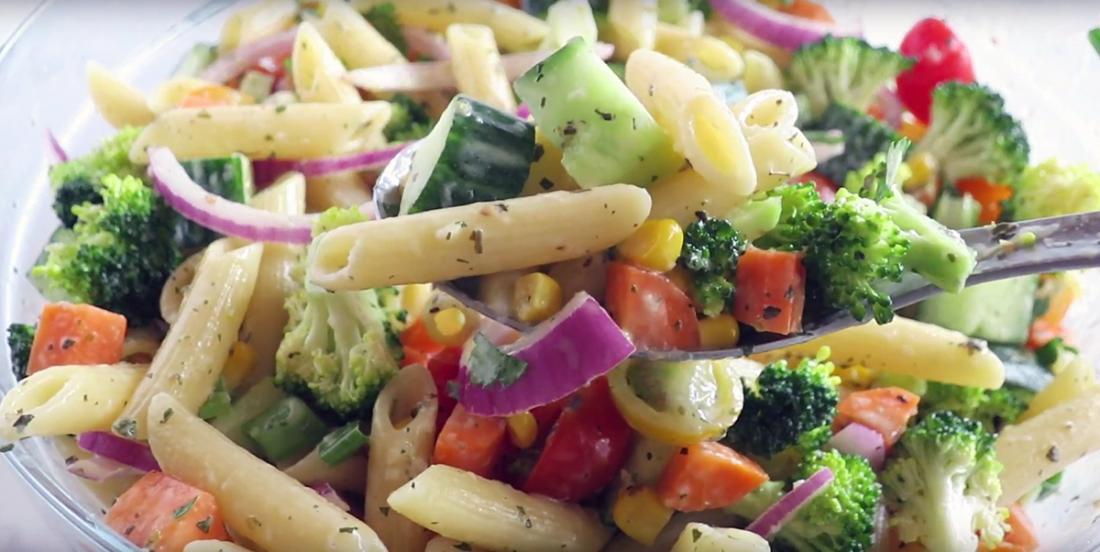Salade de pâtes aux légumes arc-en-ciel à la vinaigrette italienne crémeuse