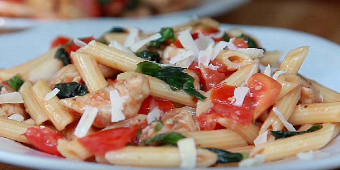 Salade de pâtes aux tomates et basilic avec poulet épicé