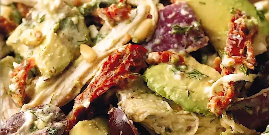 Salade de poulet et d'avocat à la grecque
