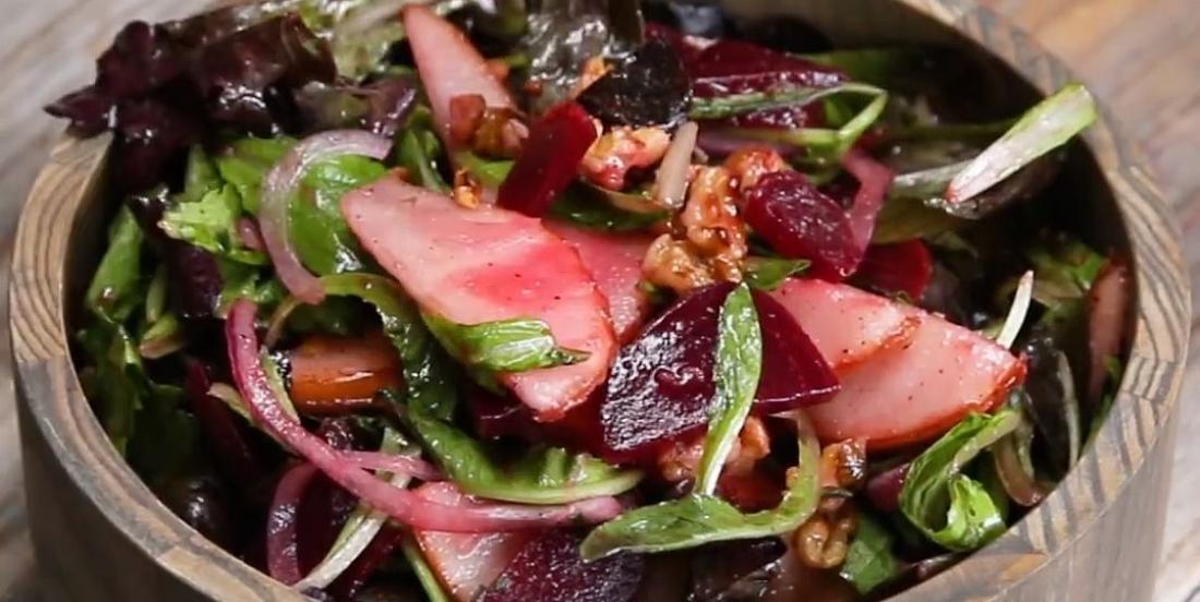 Salade irrésistible aux poires et betteraves avec vinaigrette au citron