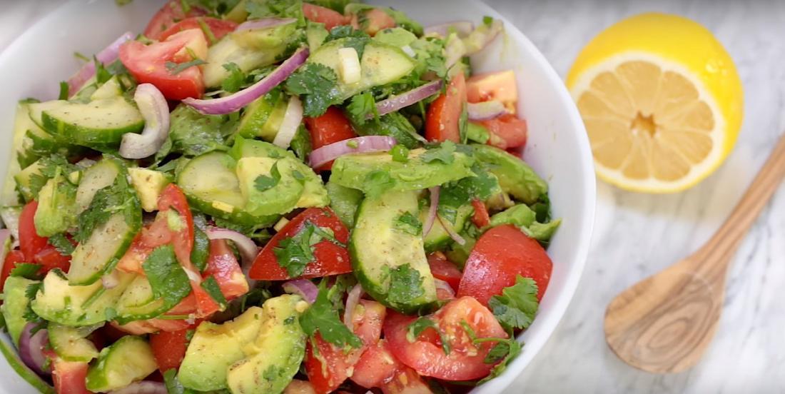 Salade et rapide, cette salade d'avocats, concombres et tomates plaira à tous!